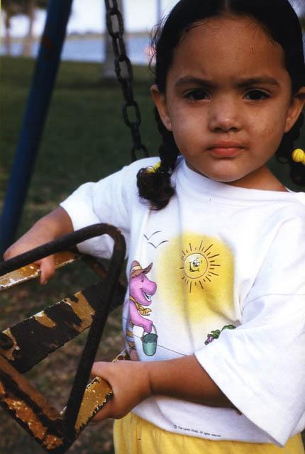 Regards Croisés - Petite Fille à la balançoire